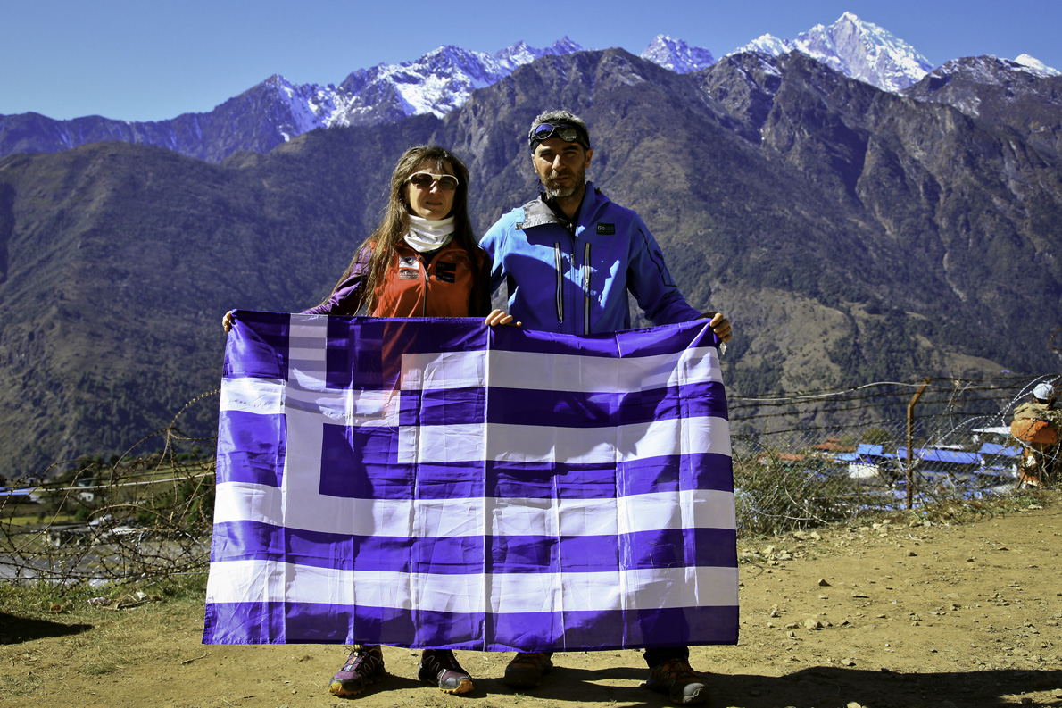 Σε αναμνηστική φωτογραφία με την Ναταλία Παπουνίδου στον τερματισμό του αγώνα SoluKumbu Trail στο Νεπάλ. Πίσω τους διακρίνεται το αεροδρόμιο της Lukla ‒ένα από τα πιο επικίνδυνα στον κόσμο.