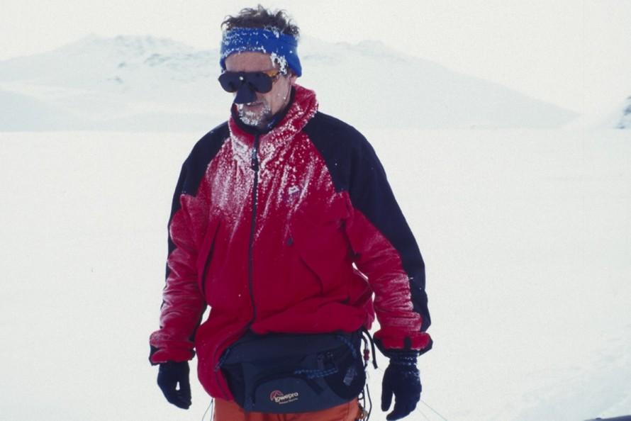 Ο Χρήστος Λάμπρης στην Ανταρκτική, επιστρέφοντας από την «κατάκτηση» του Vinson (1999).