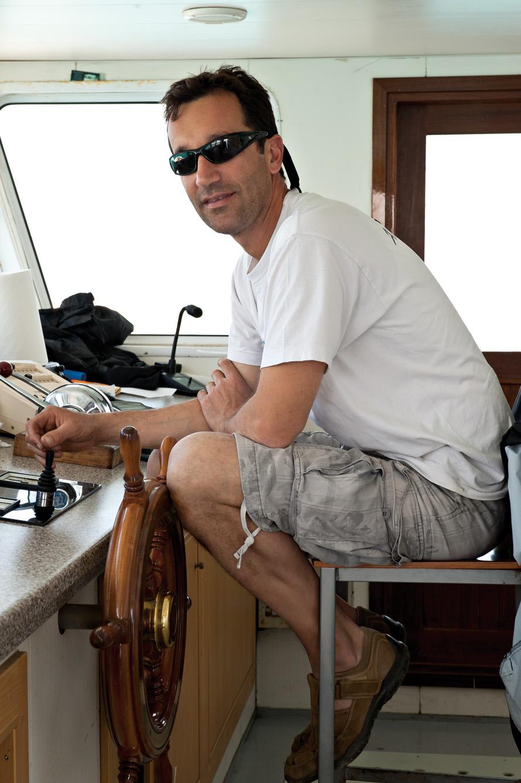 """Ο καπετάνιος της """"παντόφλας¨που συνδέει το νησί με την Πάρο."""