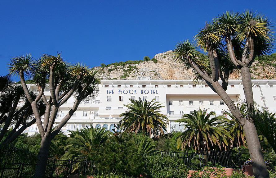 Rock Hotel, ένα τεράστιο, άσπιλο ατμόπλοιο, κρεμασμένο πάνω το λιμάνι και κάτω ακριβώς από το βράχο του Γιβραλτάρ. Photo Credit: Adam Spalding/flickr