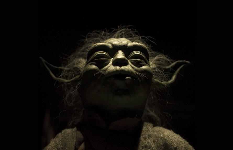 """Ναι, ο αξιολάτρευτος Yoda με τα μυτερά, τριχωτά αυτάκια είναι ο αρχετυπικός μέντορας: Διότι παρακινεί τον Τζεντάϊ να βρει τη δύναμη που πηγάζει από μέσα του. Αν ήταν business mentor θα πρόσφερε επιπλέον -μέσα στην διαγαλαξιακή σοφία του- το """"vision"""", το όραμα για να τραβήξουμε μπροστά... Photo Credit: Alex Abian/flickr"""
