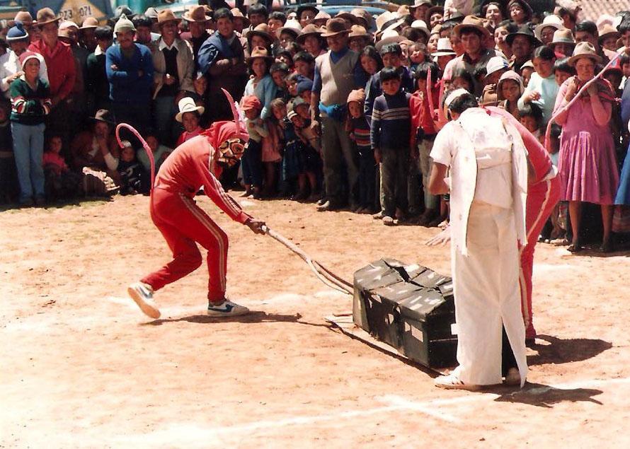 Το φέρετρο με τον γαιοκτήμονα φθάνει στην κόλαση. Anta, 1988. Φωτό Κ.Γκόφας