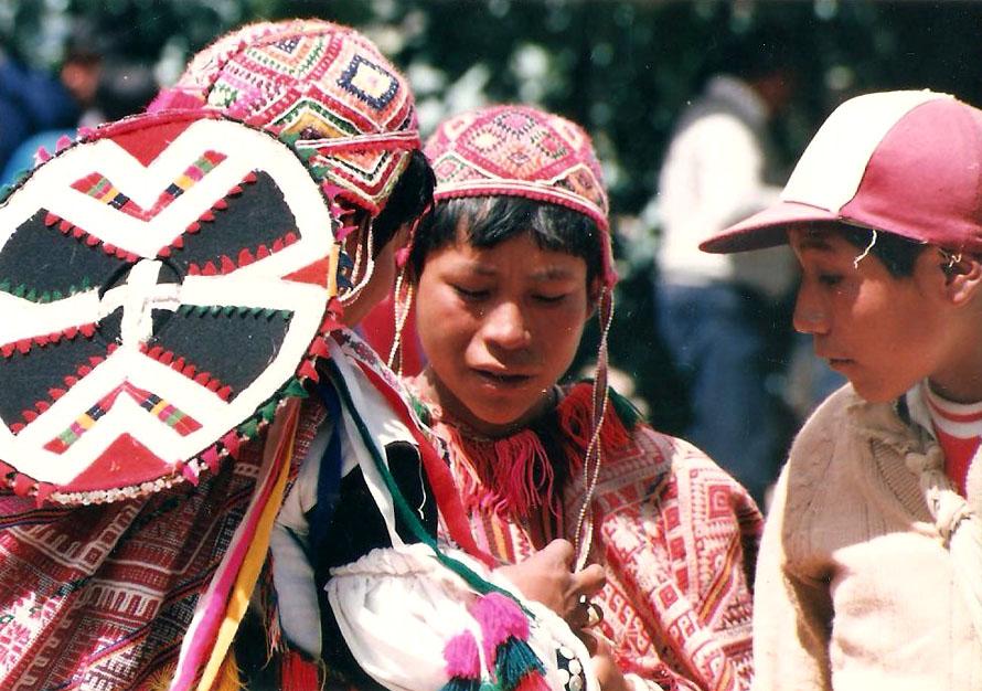 Νεαροί με τα καλά τους για τη γιορτή. Anda, 1988. Φωτό Κ.Γκόφας