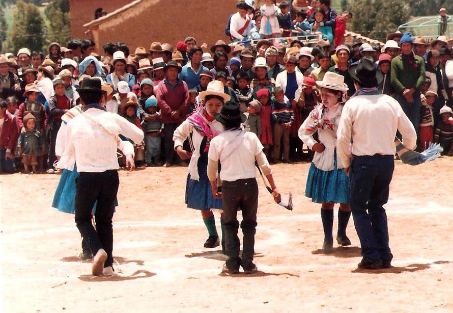 Κάτοικοι του χωριού χορεύουν Huayno. Anda, 1988,Φωτο Κ.Γκόφας