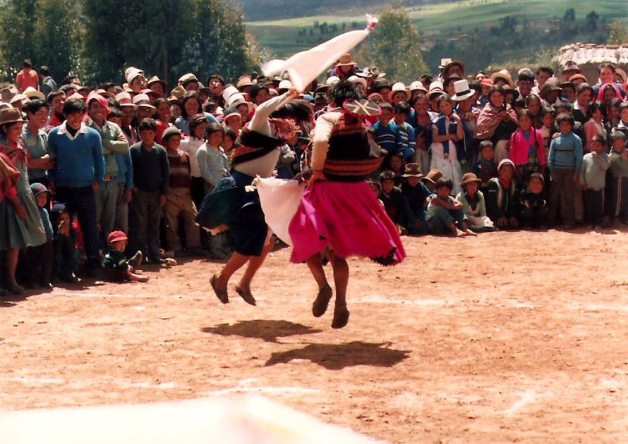 Cholitas που χορεύουν Huayno. Anta 1988. φωτό K. Γκόφας