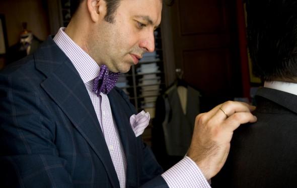 10 χρόνια Bespoke Athens: Πώς ο Βασίλης Μπουρτσάλας έκανε ξανά τάση το χειροποίητο κοστούμι