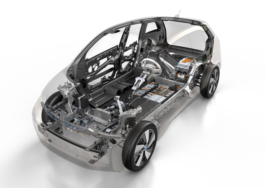 Οι μπαταρίες του i3 βρίσκονται στο δάπεδο και ο ηλεκτροκινητήρας του πίσω από τον αριστερό τροχό. Προαιρετικά, μπορεί να τοποθετηθεί μικρός δικύλινδρος κινητήρας βενζίνης 650 κ.εκ., για την αύξηση της αυτονομίας στα 300 χιλιόμετρα.