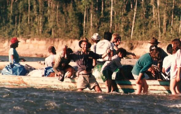 Διασχίζοντας τον Αμαζόνιο με πιρόγες, πλάι στους κροκόδειλους