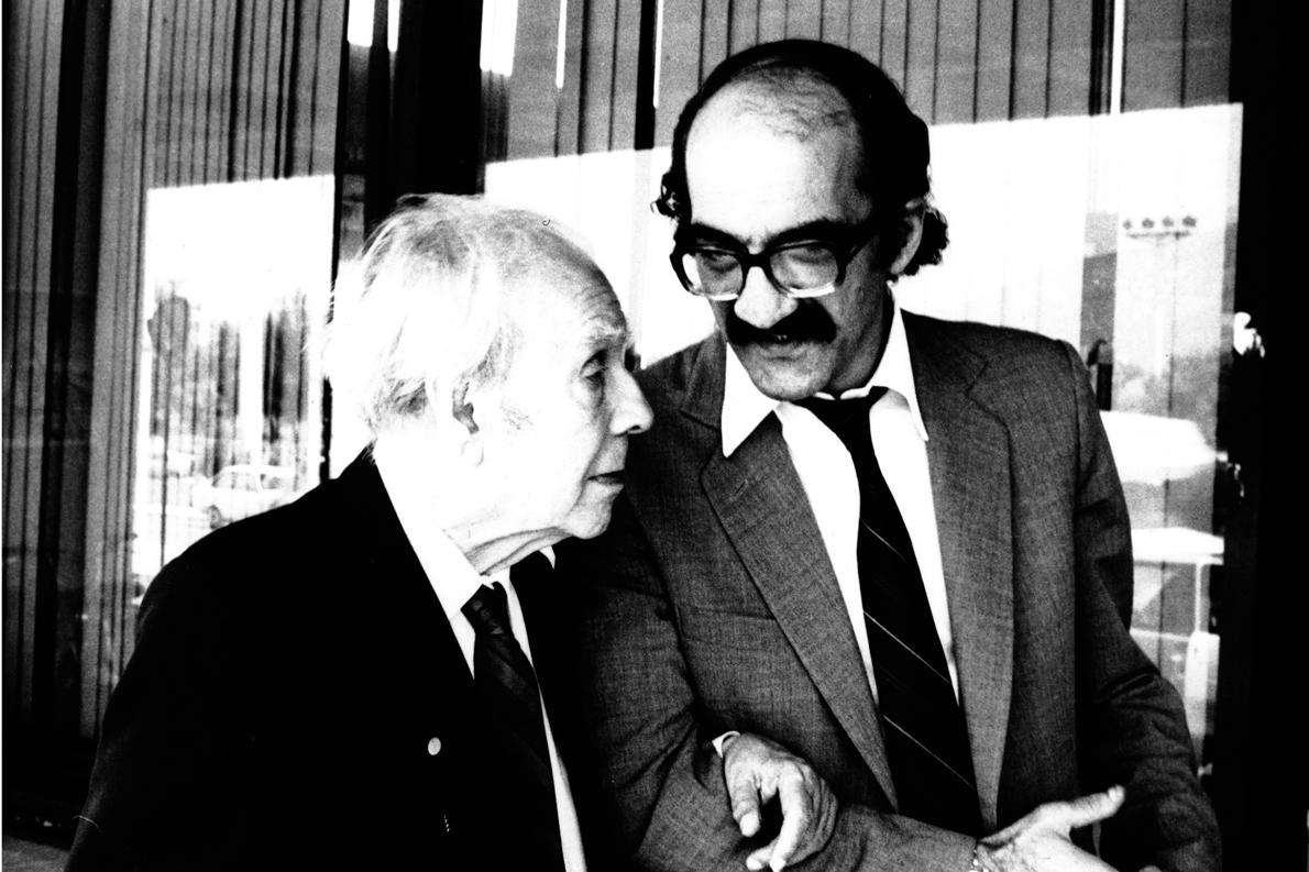Ο Αχιλλέας Κυριακίδης με τον Χόρχε Λουίς Μπόρχες, το 1984 στην Αθήνα. (Φωτογραφία: Ελένη Καλοκύρη)
