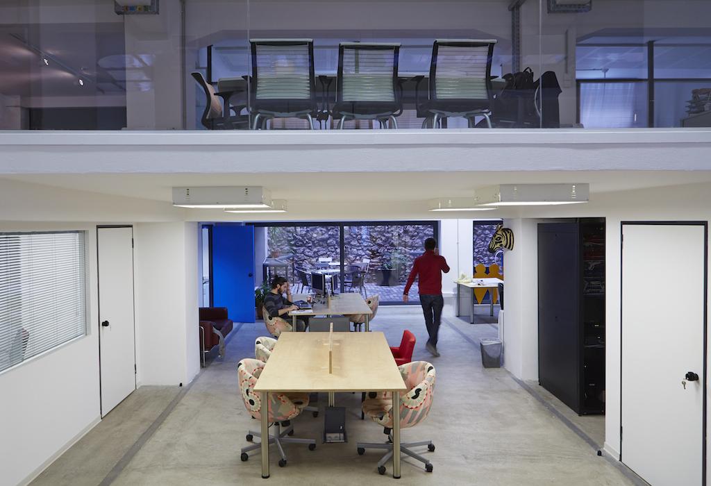 Τι θα συμβούλευαν τους νεαρούς οραματιστές entrepreneurs που κάθονται στα γραφεία του Found.ation, σχεδιάζοντας τα apps του αύριο; «Να μην φοβούνται να αποτύχουν...», απαντά ο Δημήτρης Καλαβρός-Γουσίου. «Κάθε αποτυχία σε φέρνει ένα βήμα πιο κοντά στην επιτυχία».