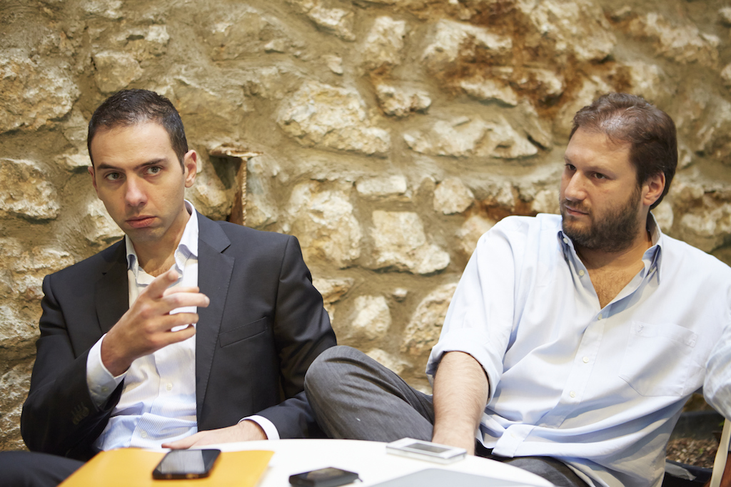 «Το ζητούμενο στο ''Found.Αtion'' είναι «να φέρουμε κοντά επαγγελματίες που αναγνωρίζουν την υπεραξία της κοινότητας», τονίζει ο Θάνος Κοσμίδης (αριστερά). «Για εμάς το πραγματικό κέρδος είναι οι άνθρωποι που θα συγκεντρωθούν εδώ», προσθέτει ο Κωνσταντίνος Πολίτης (δεξιά).