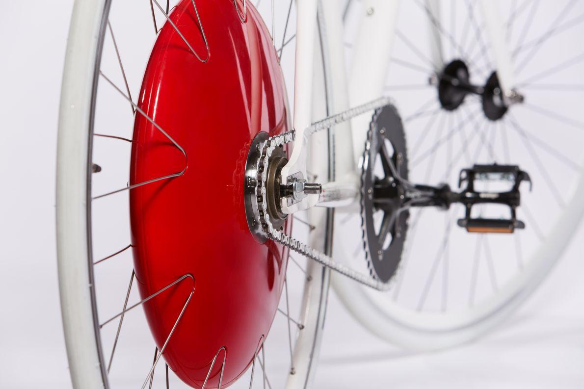 Μέσα στον κόκκινο πυρήνα του «Copenhagen Wheel» κρύβεται ένα σύστημα που καταγράφει τις δυνατότητες του ποδηλάτη και τις συνθήκες του δρόμου, και αποφασίζει να πάρει μπρος όπου αντιλαμβάνεται ότι χρειάζεται βοήθεια.