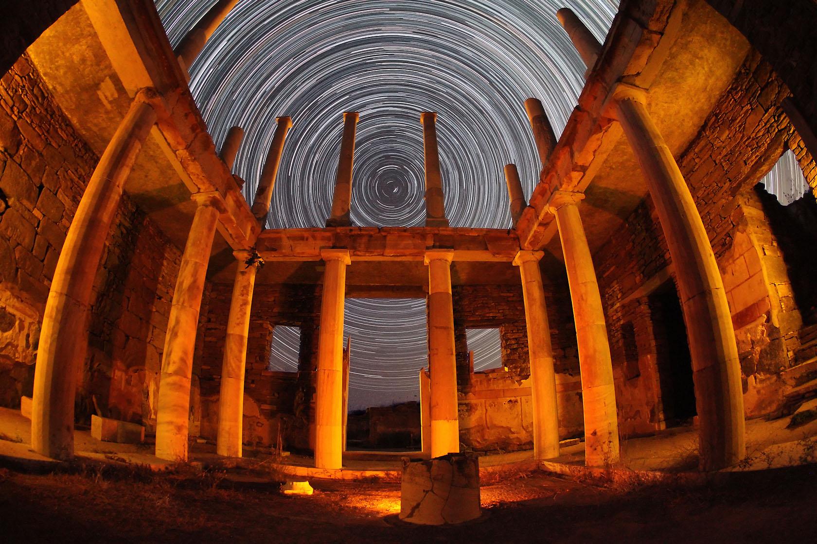 Η οικία του Ερμή στη Δήλο (που ήταν ίσως κατοικία μιας συντεχνίας εμπόρων που λειτουργούσε στο νησί μεταξύ του 3ου και 1ου π.Χ. αιώνα) σε πλήρη αρμονία με τα άστρα του Βορρά σε μια φωτογράφιση που διήρκεσε 3 1/2 ώρες.