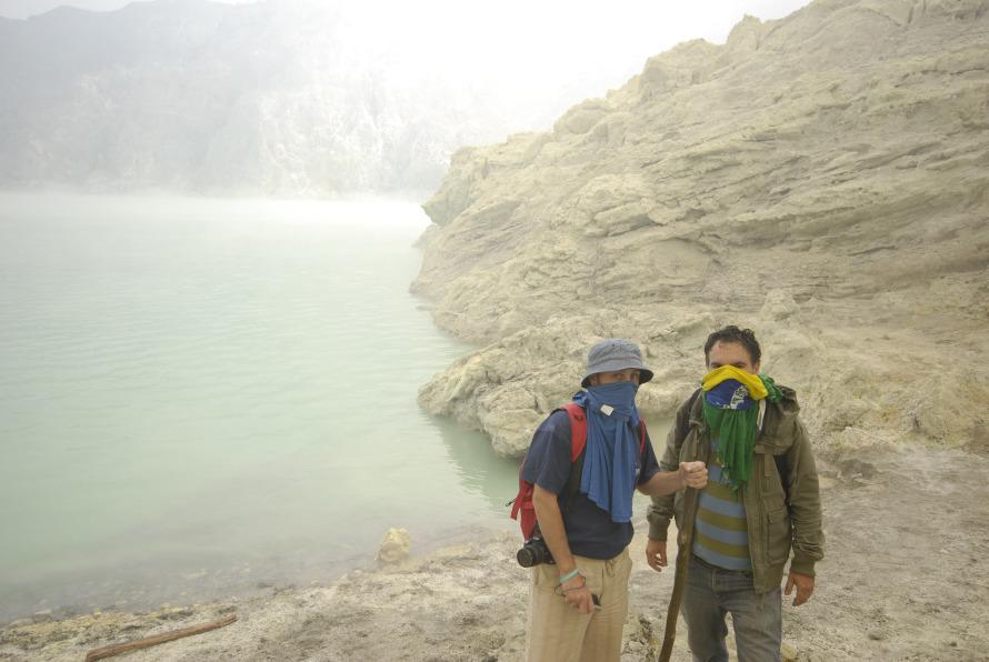 Η απαγορευμένη ζώνη και η πιο τοξική περιοχή. Στις όχθες της λίμνης, μαζί με τον φωτογράφο και Ισπανό συνταξιδιώτη, Oscar Cernuda.