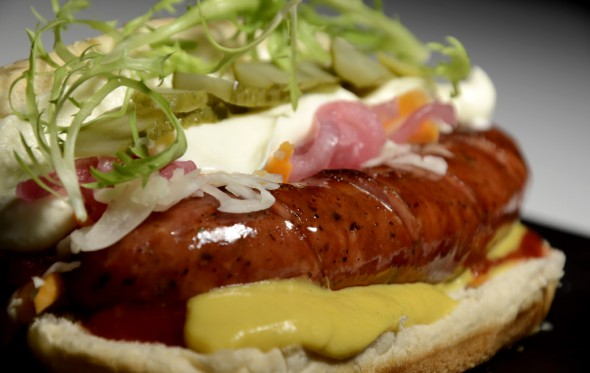 Hot dog με χωριάτικο λουκάνικο, από τον Βασίλη Τζίμα