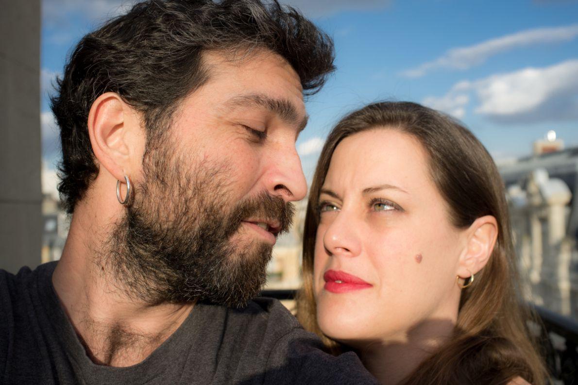 """Ο Αλέξανδρος Παπανικολάου και η Έμιλυ Γιαννούκου, δημιουργοί του ντοκιμαντέρ """"Στο Νήμα""""."""
