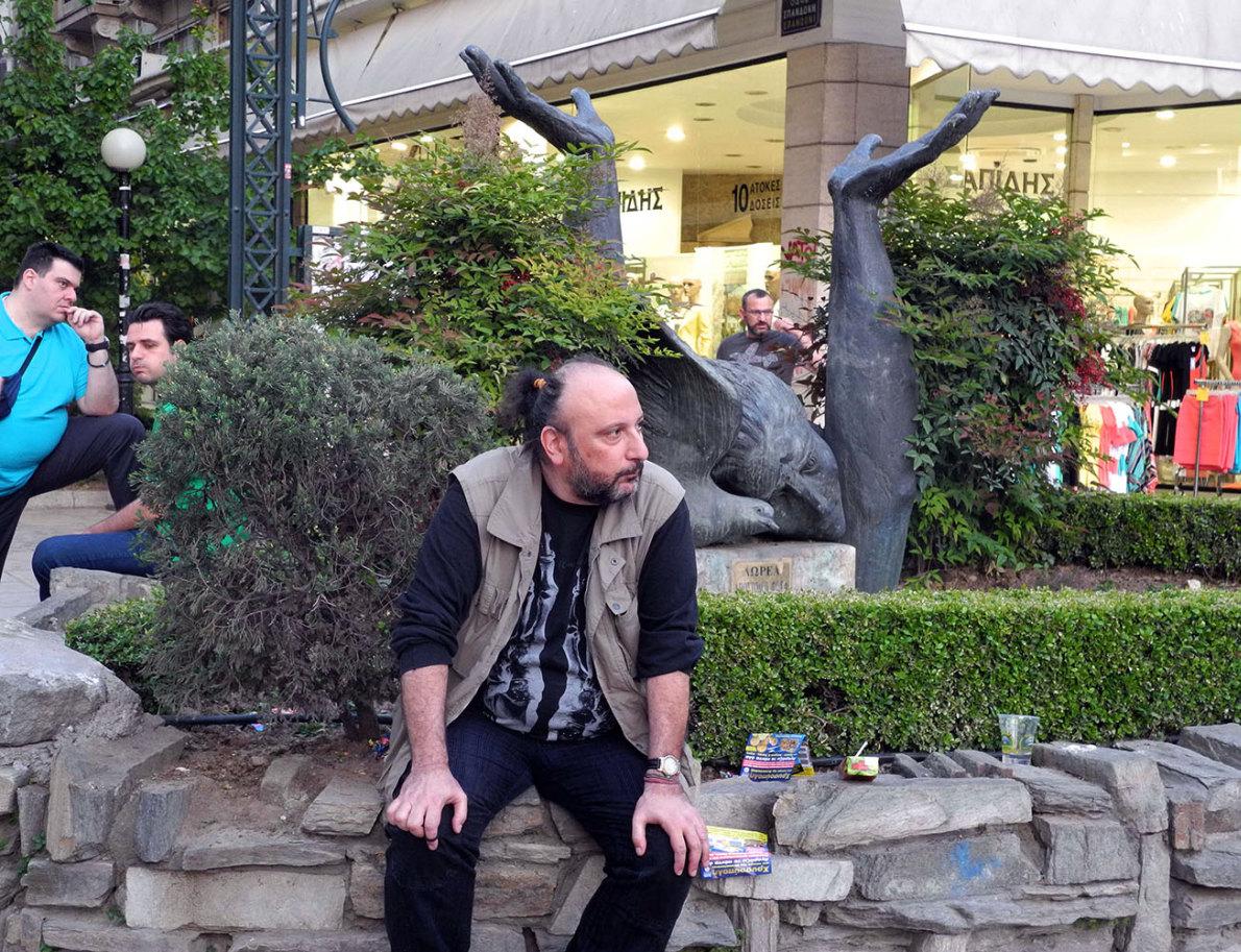 Ο Σάκης Σερέφας μπροστά στο μνημείο (γλυπτό: Βασίλης Δωρόπουλος) του Γρηγόρη Λαμπράκη, στο σημείο όπου στις 22 Μαΐου 1963 ο βουλευτής της ΕΔΑ χτυπήθηκε θανατηφόρα στο κεφάλι από παρακρατικό. Φωτογραφία: Πάρις Πετρίδης