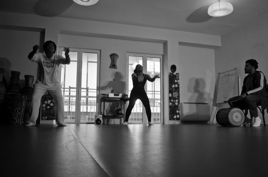 «Η αφρικανική κουλτούρα, όπως τη βιώνω μέσα από τη μουσική και τον χορό, έχει μια έντονη αίσθηση ελευθερίας, δυναμισμού και πηγαίας ευτυχίας!». Φωτογραφία: Άννα Μώτου