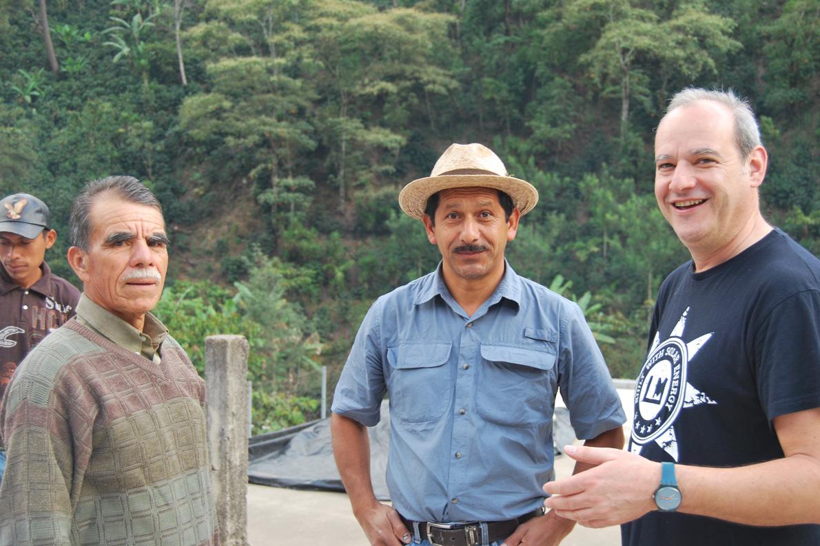 «Δουλεύουμε ένα πολύ σημαντικό πρόγραμμα Direct Relationship Coffees, που αφορά στην απευθείας δέσμευση της Taf Coffee με τους παραγωγούς και το οποίο επιστρέφει πολλά στους ανθρώπους και στις τοπικές κοινότητες των χωρών παραγωγής του καφέ». (Στη φωτογραφία ο Γιάννης Ταλούμης με παραγωγούς καφέ στη Γουατεμάλα).
