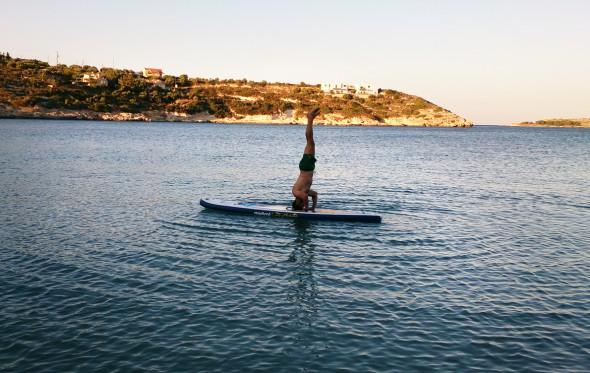 SUP Yoga στα Χανιά: Η νέα τάση της γιόγκα πάνω στο νερό!