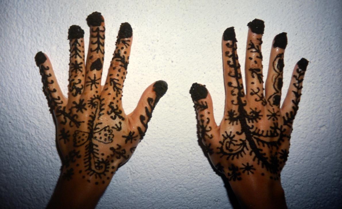 «Η τέχνη της χένας στα χέρια της Οτάβια, Μαρόκο».