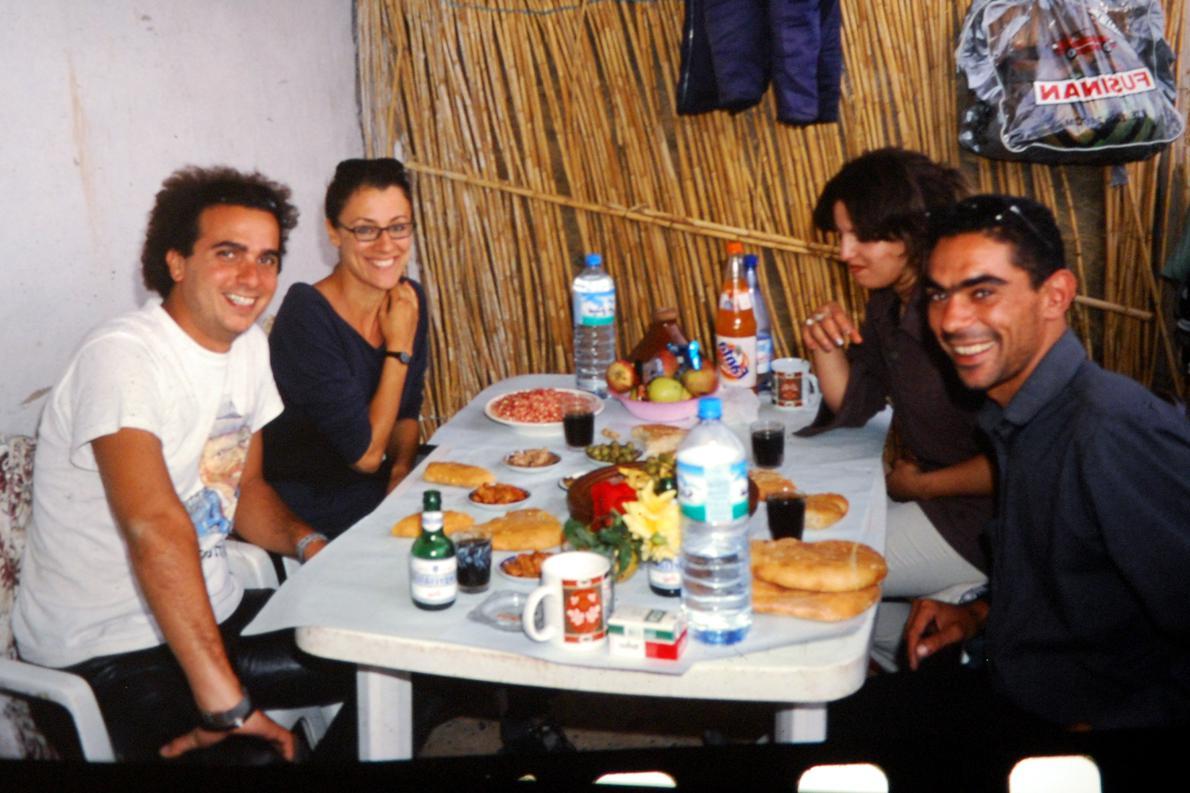 «Φιλοξενούμενοι στη μέση της ερήμου, Μαρόκο».