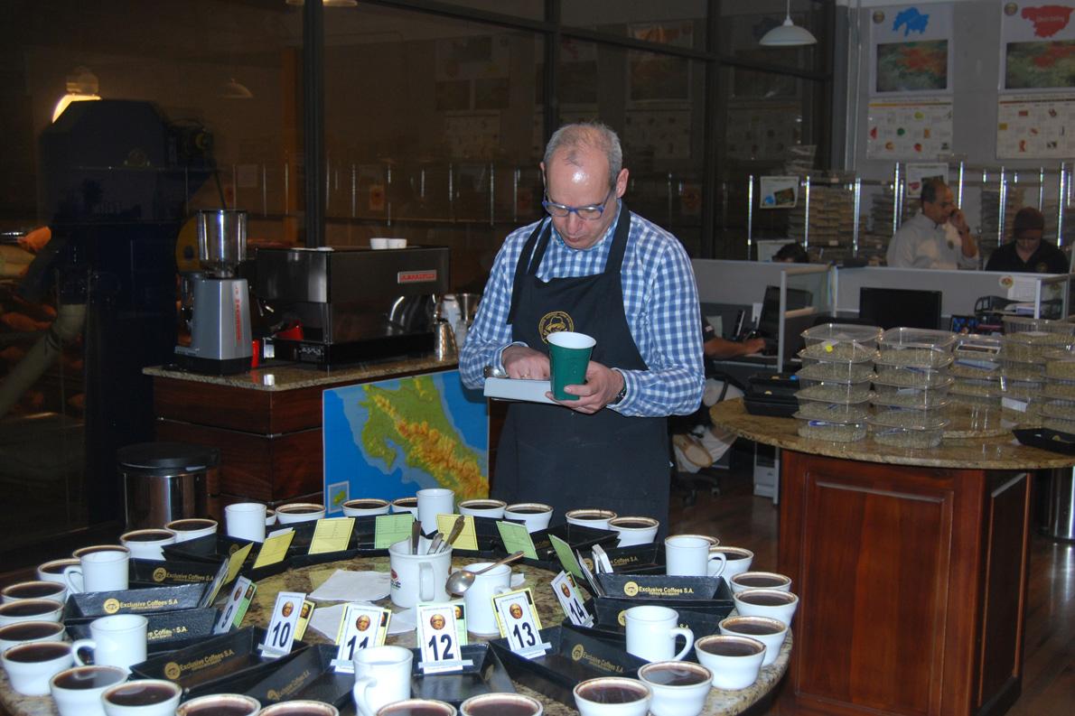 Κατά τη διαδικασία αξιολόγησης καφέ στην Κοσταρίκα.