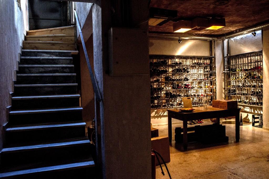 Στο υπόγειο λειτουργεί κάβα με πάνω από 140 ετικέτες κρασιών για να αγοράσει κανείς για το σπίτι ή για δώρο.
