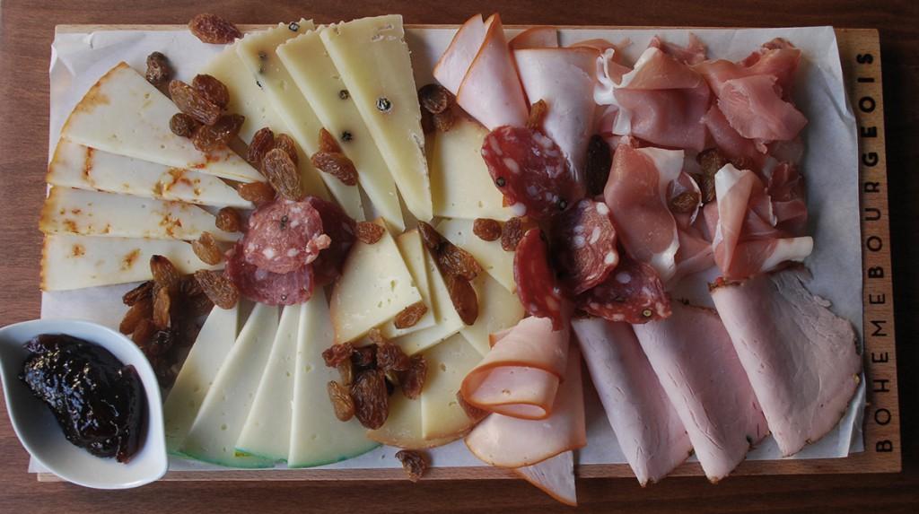 Πλατό αλλαντικών και τυριών.