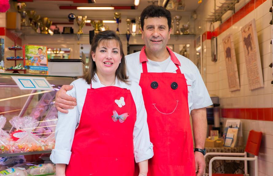Στο κρεοπωλείο του Γιάννη Μαρόλη ‒εδώ με τη γυναίκα του, Γωγώ‒ δεν έρχονται μόνο για τις γνώσεις του στο κρέας, αλλά και για αυτές στη ροκ μουσική...