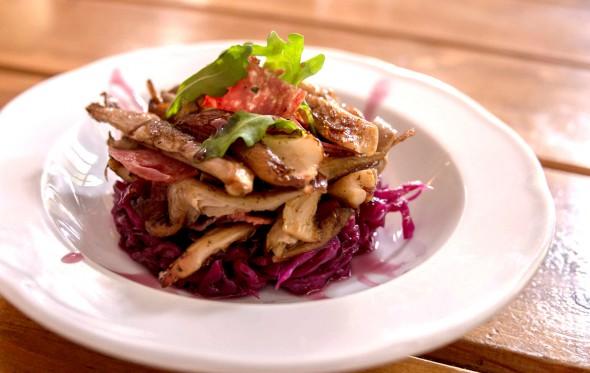 Σαλάτα πλευρώτους με κόκκινο λάχανο και πικάντικο σαλάμι