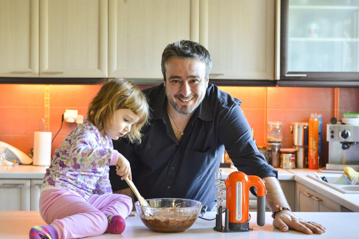 «Η Κατερίνα έχει γίνει ήδη βοηθός μου στην κουζίνα. Δεν είναι από τα παιδιά που τρώνε μόνο μακαρόνια με κέτσαπ. Της μαγειρεύω τα πάντα, τα δοκιμάζει όλα και είναι πολύ αυστηρός κριτής».