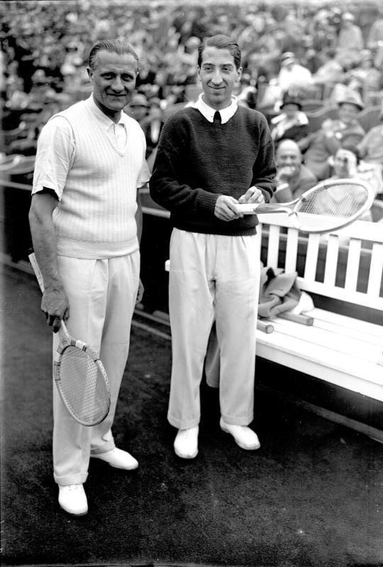 René Lacoste (δεξιά), μαζί με τον Otto Froitzheim, 1929 σε αγώνα στο Βερολίνο
