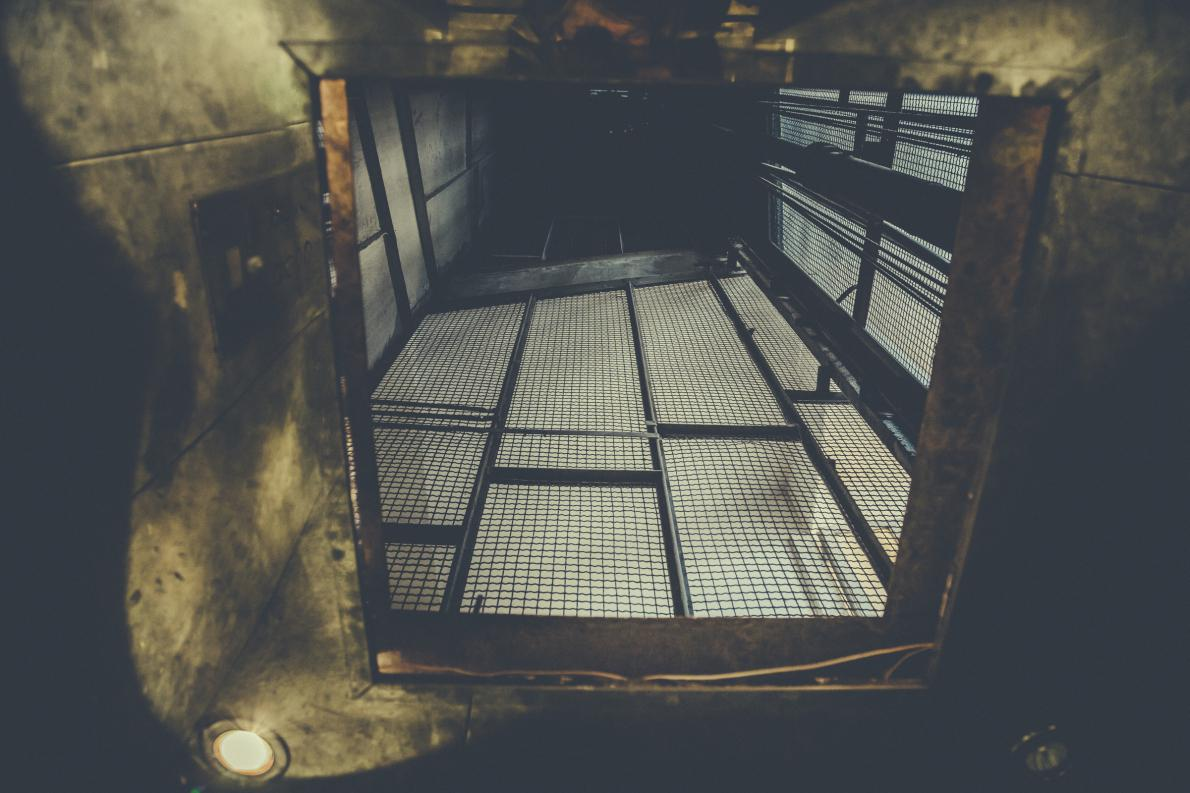 Ο παλιος βιομηχανικος ανελκυστήρας