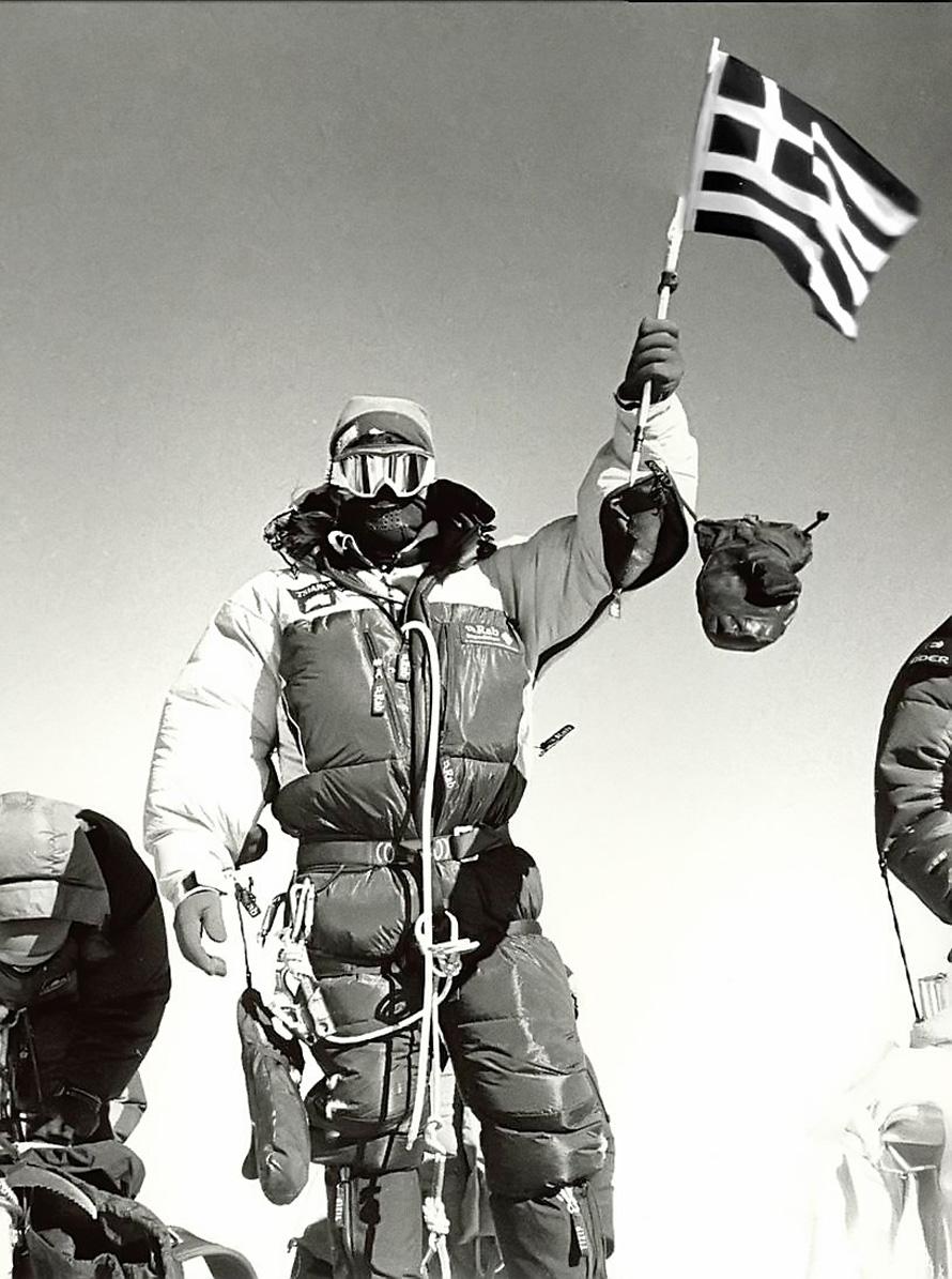 Ο Γιώργος-Ιωάννης Τσιάνος με την ελληνική σημαία στην κορυφή των κορυφών.