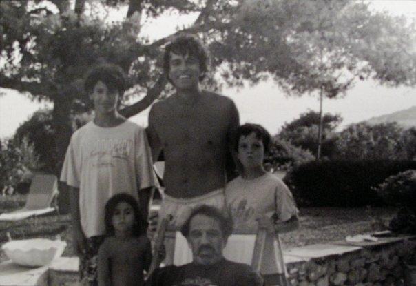 Πόρτο Ράφτη, τέλη δεκ. 80. Κάτω σειρά από αριστερά: Ζαϊρα και Τάσος Φαληρέας. Πάνω σειρά από αριστερά: Ορέστης, Γρηγόρης και Λύσανδρος Φαληρέας.