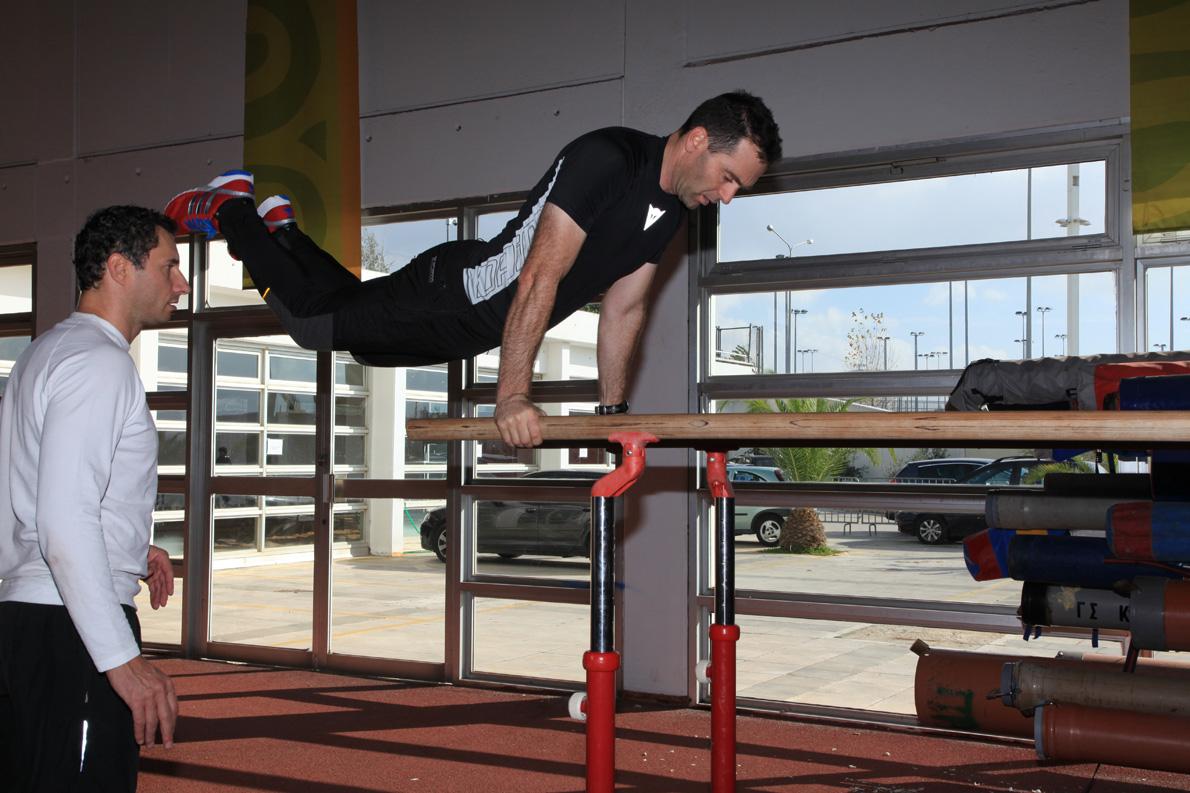 Ο Βασίλης Ορφανός έβαλε στην προετοιμασία του προπόνηση φυσικής κατάστασης επιπέδου πρωταθλητισμού. Εδώ γυμνάζεται με τη βοήθεια και του πρωταθλητή άλματος επί κοντώ Σταύρου Τσίτουρα.