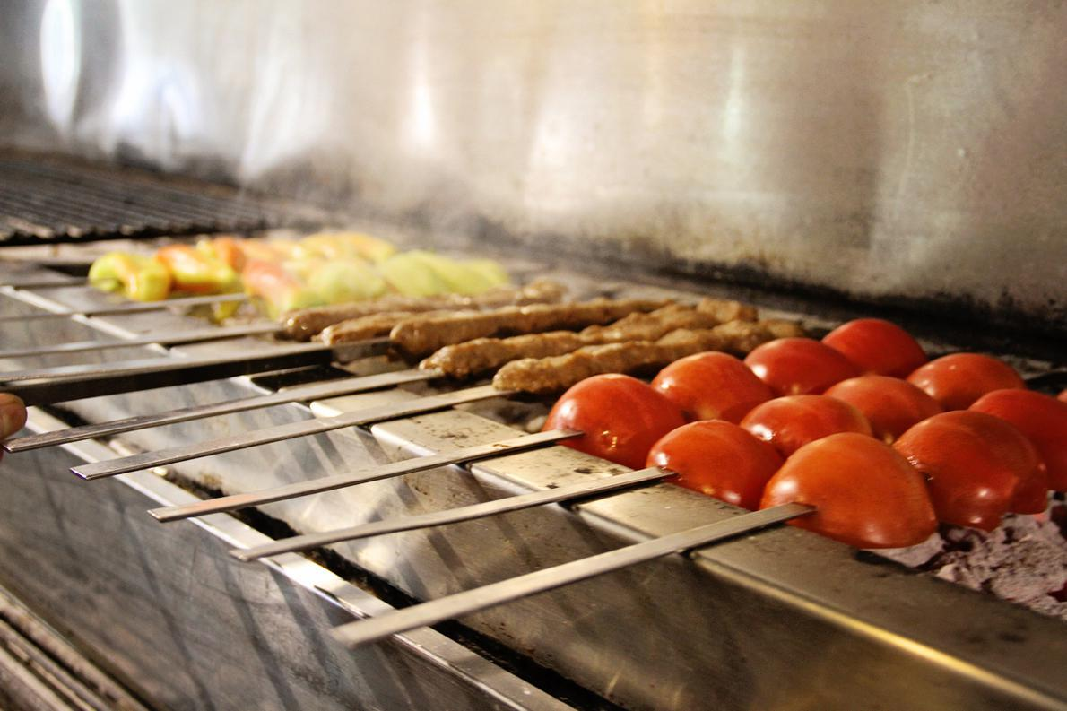 Η καλή ποιότητα κρέατος, και η αυθεντική, πολίτικη συνταγή, αποτελούν το μυστικό της επιτυχίας του αγαπημένου του κεμπάπ, υποστηρίζει ο Γαβριήλ.
