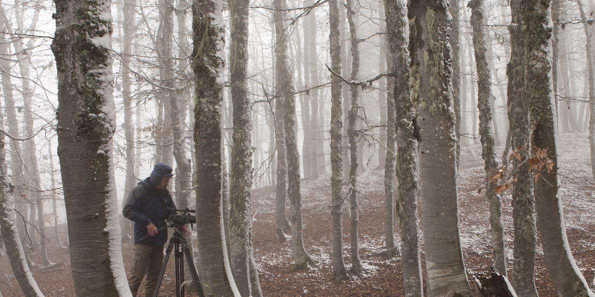 Ο Βαγγέλης Ευθυμίου στα γυρίσματα του «Γύρω μας παντού μήτρα γη» στον Γράμμο, ένα επετειακό ντοκιμαντέρ για την Παγκόσμια Ημέρα Περιβάλλοντος, το οποίο προβλήθηκε στην ΕΡΤ. (Φωτογραφία: Τ. Καρανίκας)