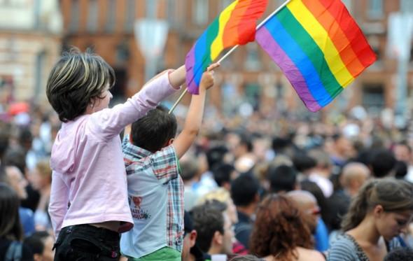 Ποιος θ' απαγορεύσει την τεκνοποίηση στα ομόφυλα ζευγάρια;