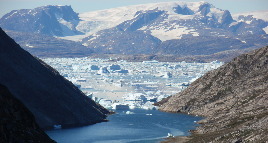 «H αρχή του εντυπωσιακού φιόρδ Amitsivartiva στη Γροιλανδία. Διανύσαμε μια συνολική απόσταση 210 χλμ. στον πάγο, συμπεριλαμβανομένων και δυο αναβάσεων σε αλπικές κορυφές».