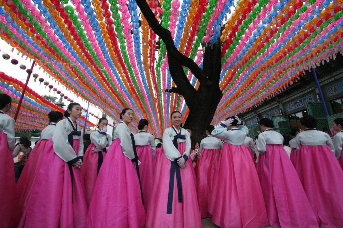 Ο τρόπος με τον οποίο αντιμετωπίζεται ο ιστορικός Βούδας στις βουδιστικές κοινότητες (τουλάχιστον στις ιαπωνικές) είναι πολύ ήπιος. Το ίδιο, εννοείται, και ο εορτασμός των γενεθλίων του, στις 8 Απριλίου: δεν υπάρχει αργία ή κάποιο γενικευμένο έθιμο, ευχή ή συμπεριφορά που να συνοδεύει την ημέρα. Photo Credit: Jamie Carter/flickr
