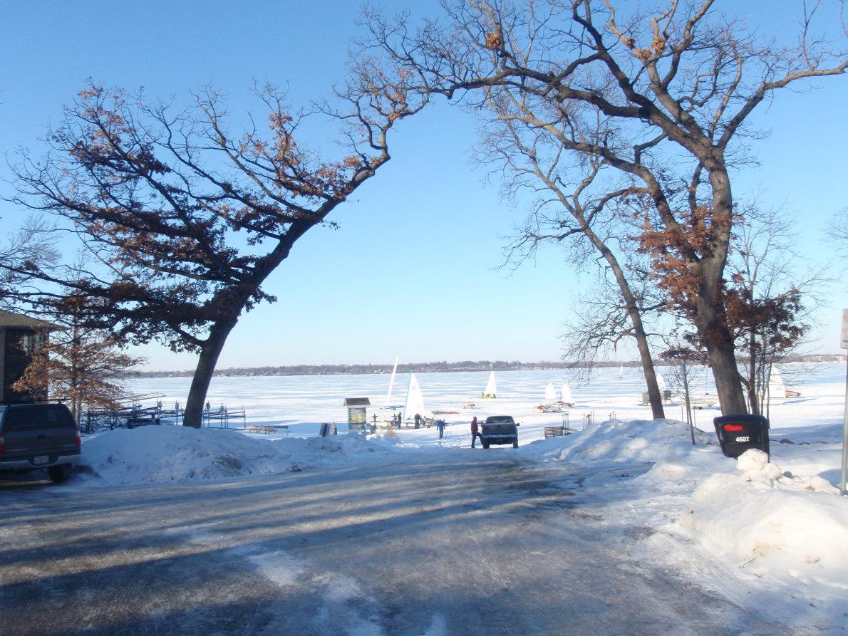 Η είσοδος στον «στίβο»: στην παγωμένη λίμνη Monona.