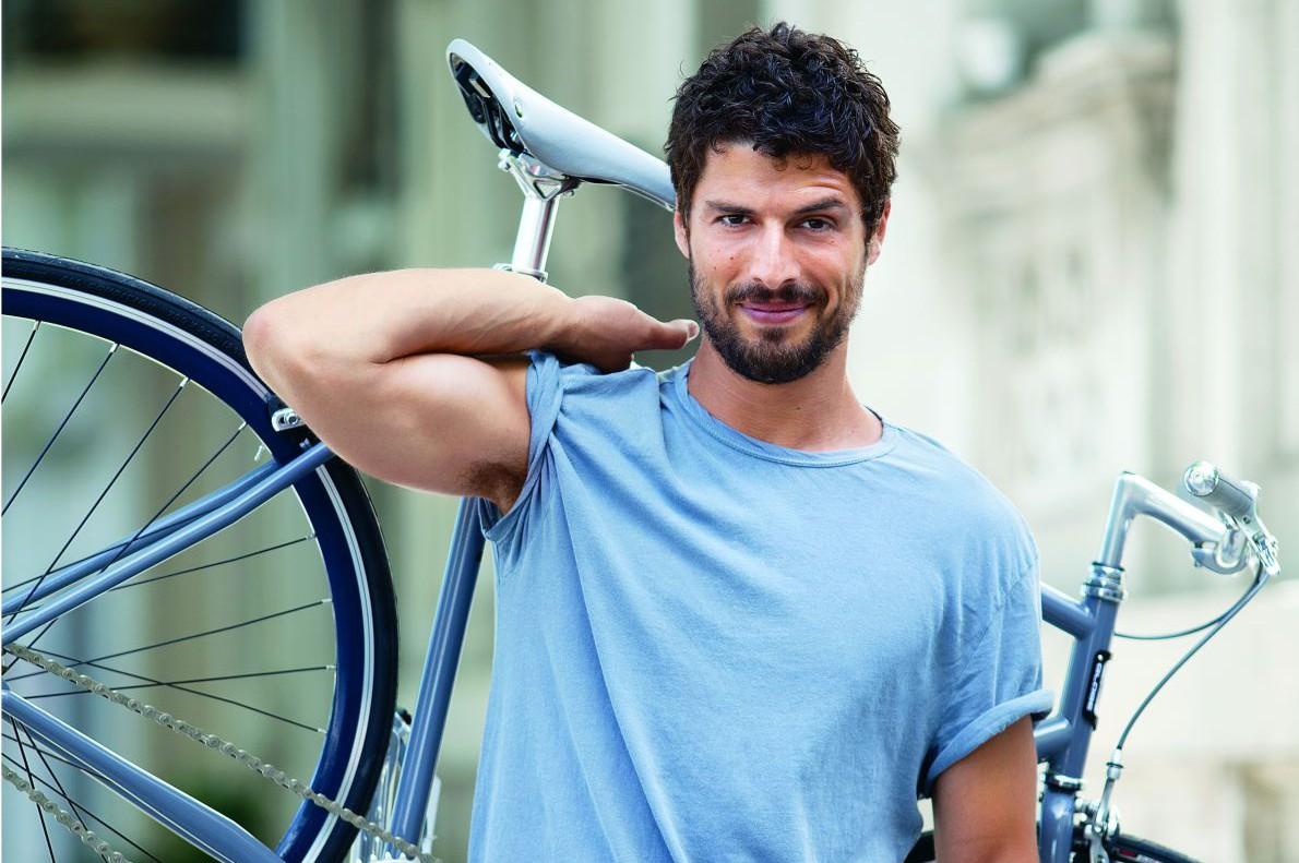 «Δεν γυμνάζομαι καθημερινά. Αγωνίζομαι με μια ερασιτεχνική ομάδα μπάσκετ μια με δυο φορές την εβδομάδα. Και κάνω τις μετακινήσεις μου στο κέντρο της Αθήνας, όπου ζω, με τα πόδια ή με το ποδήλατο».