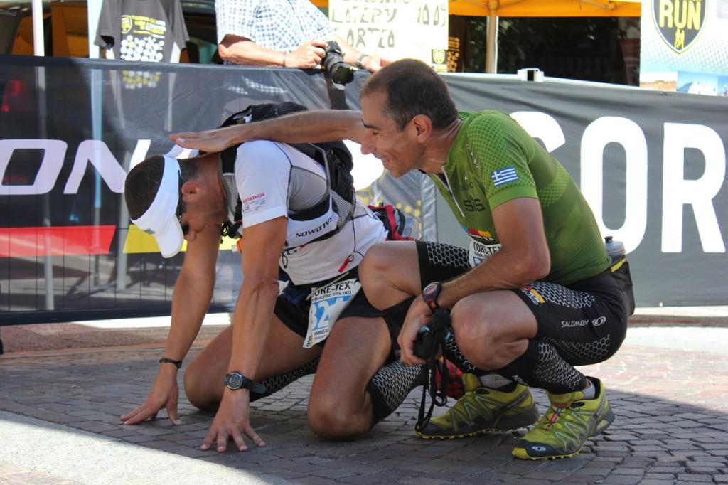 Ο Γιάννης Κουρκουρίκης κλαίει από χαρά (δίπλα στον Νίκο Κωστόπουλο, δεξιά) στον τερματισμό του Transalpine Run 2011, μετά από ένα δύσκολο πέρασμα στα 3.000 υψόμετρο.
