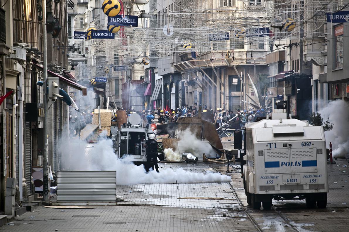Συγκρούσεις μεταξύ αστυνομίας και διαδηλωτών με φόντο τη διάσημη λεωφόρο Ανεξαρτησίας.