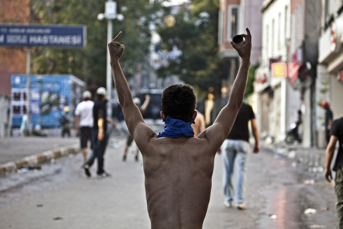 Διαδηλωτής χειρονομεί κατά της αστυνομικής βίας στη γειτονιά Cihangir της Κωνσταντινούπολης.