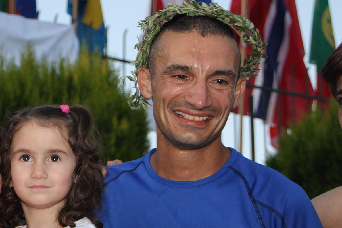 Σπάρταθλον 2012 στη Σπάρτη αγκαλιά με τη κόρη στο τερματισμό.