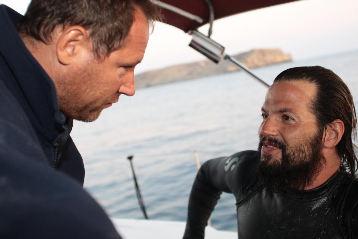 Με τον Νικόλα Ρεπανά, τον άνθρωπο που ο Γιώργος-Ιωάννης Τσιάνος επέλεξε να τον επιβλέπει προπονητικά καθ' όλη τη διάρκεια της προετοιμασίας του μέχρι και την ολοκλήρωση του εγχειρήματος, πάνω στο συνοδευτικό σκάφος του κολυμβητικού διάπλου του στο ανοιχτό Αιγαίο.