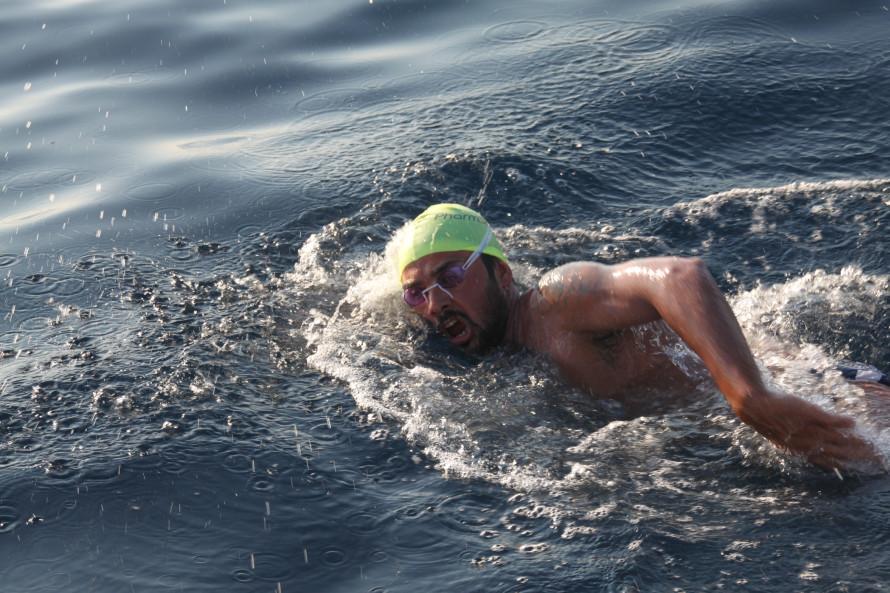 Κολυμπώντας από το πρώτο στο δεύτερο πόδι της Χαλκιδικής.